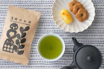 """おすすめ湯呑みとしてご紹介した""""すすむ湯呑み""""を作ったお茶屋さん「すすむ茶屋」のオリジナル煎茶「3時のお茶」。少し冷ました70~80℃ほどのお湯でたっぷり1分蒸らして淹れるのが美味しさのポイント。和菓子から洋菓子まで何でも合うすっきりした香りと甘み。美しい新緑を思わせる色も心を和ませます。二煎目でも十分美味しいですから、お茶の時間がゆっくり楽しめます。"""