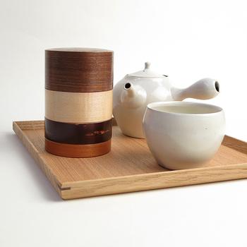こちらは樺細工(かばざいく)の茶筒。200年以上もの歴史のある秋田県角館の伝統工芸の技術を受け継ぐ老舗「藤木伝四郎商店」の品です。デザイナー山田佳一朗氏によって、モダンに仕上げられています。自然のもので作られた茶筒は、湿気や乾燥をうまく調節してくれるという利点が。お茶の葉の香りや風味を美味しいままに保存してくれます。使ううちに艶がでて愛着が湧き、長く使いたくなるのもいい。