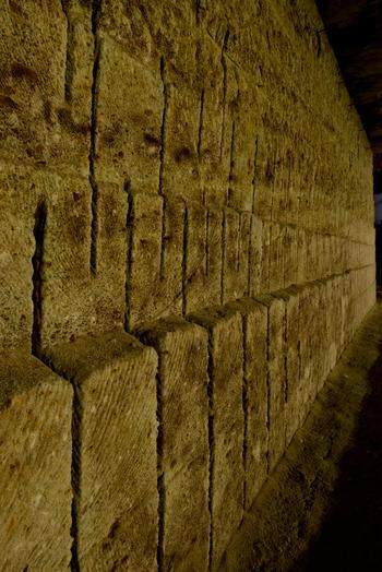 大谷石の特徴は、軽くてやわらかく、耐火性に優れているということ。古くから、外壁や建築素材などに利用されてきました。  画像出典:大谷資料館