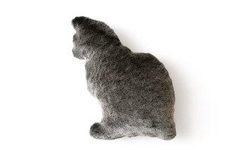 ■Fabrico(ファブリコ) クッション ネコ  世界で唯一のパイルファブリック産地である和歌山県・高野山のパイル織物をつかって作られた、ふわふわの猫型クッション。抱きしめたくなること間違いなしのアイテムです。