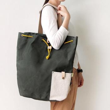 大きなトートバッグとして、肩にかけて使うこともできますよ♪ 哺乳瓶や小物を収納できるポケットもついていて、忙しいママには嬉しいバッグです。