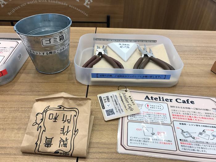 カフェでは無料で工具を一式やUVライトなどを貸してくれるので、手ぶらでOK!美味しいドリンクを飲みながら、貴和製作所で購入したパーツを使ってすぐにアクセサリーを作ることができます。