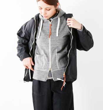 寒くなったらフロントを閉じてトップスとして着るのもおすすめ。コンパクトなサイズ感なので、アウターを重ねてももたつくことはありません。アウターはパーカーと同じくらいか少しだけ長めの丈感を選ぶとバランスが綺麗です。グレー×ブラックでまとめると大人っぽくてかっこいい雰囲気に。