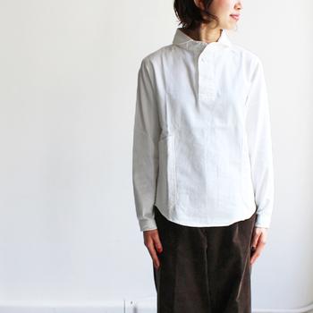 丸みのある襟、ひとつボタン、大きめのポケットなど、ユニセックスなデザインが可愛らしいプルオーバーシャツ。「LOLO(ロロ)」がブランドを立ち上げた当初から作り続けている定番人気のシャツです。一枚でさらっと着ても素敵ですが、ボタンを開けて中のインナーをチラ見せすると、グッとこなれ感がアップしますよ。