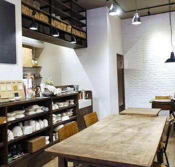 """陶芸スタジオは、お店の2階にあります。体験できるのは、土から器を作る""""タタラアート""""、素焼き器に絵付けをする""""ビスクアート""""の2コース。"""