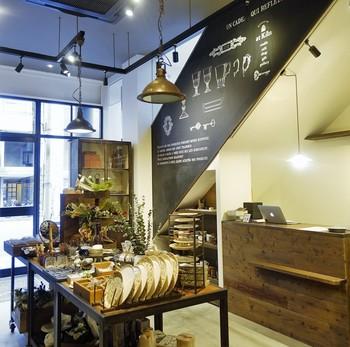 こちらは落ち着いた雰囲気の中で陶芸を体験できる「at Kiln AOYAMA(アットキルン青山)」。お店に入ると、まずは陶芸などの雑貨の販売スペースが。