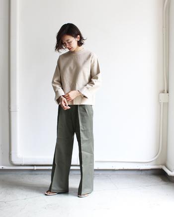 ゆったりサイズですが、丈感がコンパクトなのでワイドパンツと合わせてもキレイにまとまります。長めの袖を折り返せば、また違った雰囲気に。アイボリーベージュ×カーキで、さりげない大人のミリタリーコーデが叶います。ひざ下丈のスカートに合わせた大人可愛いコーデもおすすめ◎。