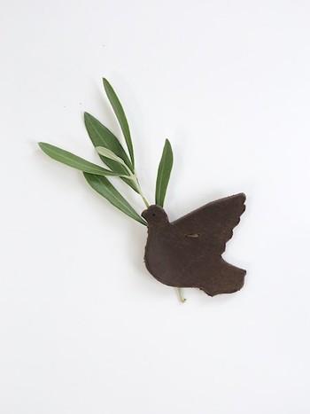 小さいけれど存在感抜群のイタリアンカウレザーで作られたブローチ。エイジングにより色に深みと艶が増してきて、使うほどに愛着が湧いてきます。おもしろいのは裏側に植物を刺すためのポケットが付いていること!まるで鳥が木の葉や小花を運んでいるよう。