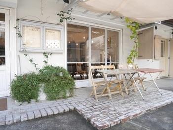 玉川高島屋の裏手にひっそりとある「カフェリゼッタ」。白を基調としたおしゃれな外観が目をひきます*