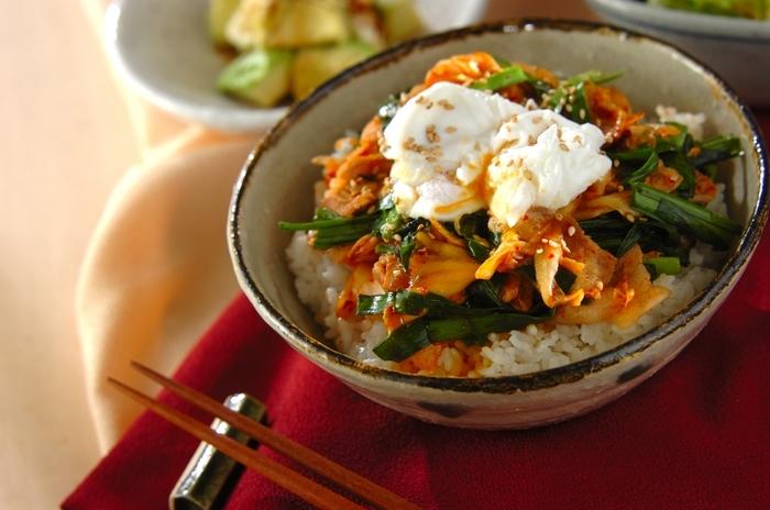 """スタミナ丼といえば""""豚キムチ丼""""!とろとろの卵を上にのせてさらに美味しく♪ご飯が進みます。"""