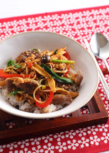 """こちらは""""きのこたっぷり韓国風プルコギ丼""""♪牛肉の量を減らしてきのこを多めにすれば、ヘルシーな丼に仕上がります*"""