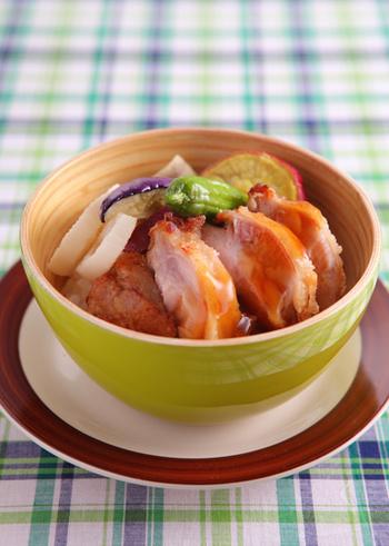 """れんこん、なす、さつまいも、しし唐辛子を使った""""秋野菜のチキン丼""""レシピ。旬の野菜がゴロゴロ入った満足感のある一品です*"""