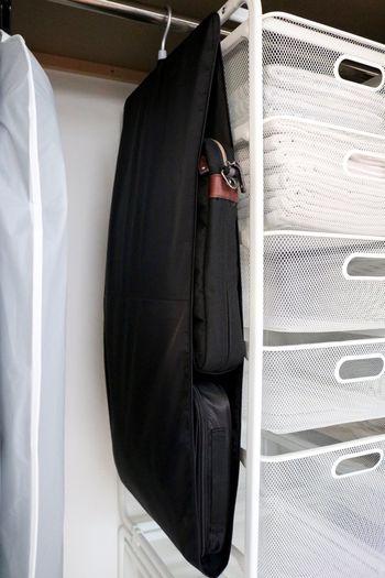 毎日使う小物類もできれば使いやすく、なおかつ見た目もスッキリ収納したいですよね?使用頻度の高いバッグはサッと取り出せる場所に、出番が少ないお出かけ用のバッグは棚に収納するなど。ライフスタイルに合わせて収納場所を決めると、取り出す時もしまう時もラクです。そんな小物類の収納にぜひ活用したいのが、無印良品の「吊るせる収納」シリーズ。場所を取るバッグの収納には「バッグポケット」を使うと、限られたクローゼットのスペースを有効活用できます。