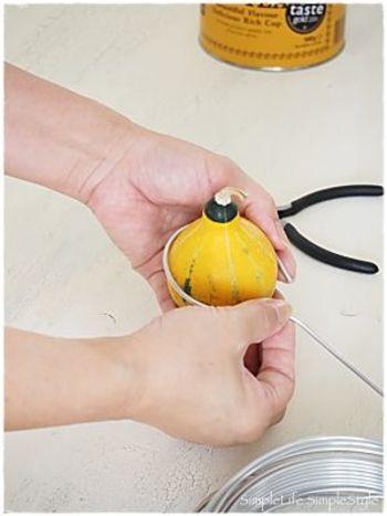 はじめに写真のようにワイヤーを丸く曲げて、ハンガーの引っかけ部分を作ります。次に5㎝程度の長さを取り、90°に曲げて首の部分を作ります。缶に合わせてワイヤーを丸く曲げてストールを掛ける部分を作り、5㎝程余らせてカットしたワイヤーを首の部分に巻き付けたら完成です!詳しい手順は以下のブログを参考にしてくださいね♪