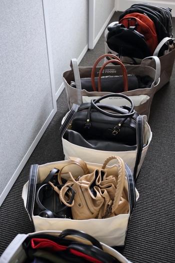 """クローゼットのつくりやバッグの形によっては、吊り下げ収納よりも""""棚に収納する""""方が便利な場合もあります。しかし、デザインも大きさもバラバラなバッグは、そのまま棚に並べてしまうと収納スペースを十分に活かしきれなかったり、奥のものが取りづらかったりしますよね。そんなバッグの収納にぜひ活用したいのが「トートバッグ」です。"""
