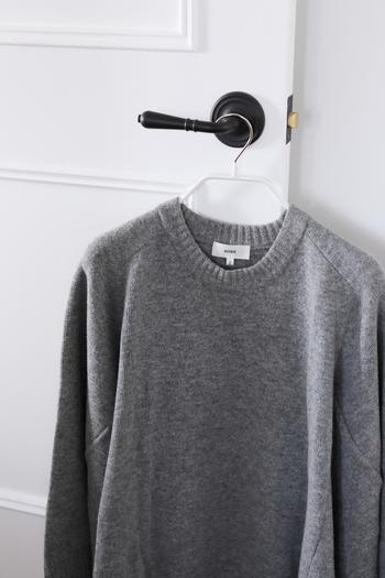 収納スペースをもっと有効活用したい!という方におすすめなのが、ブロガーさんの間で人気の高いドイツ製「MAWAハンガー」です。特殊コーティングによって洋服が滑り落ちにくく、省スペースで収納できる薄型デザインが特徴です。こちらのブロガーさんが使用しているのは、肩の部分に厚みのある「ボディーフォーム」というハンガー。滑り落ちにくい構造なので、カットソーやジャケットはもちろん、ニットもMAWAハンガーを使って収納しているそうです。