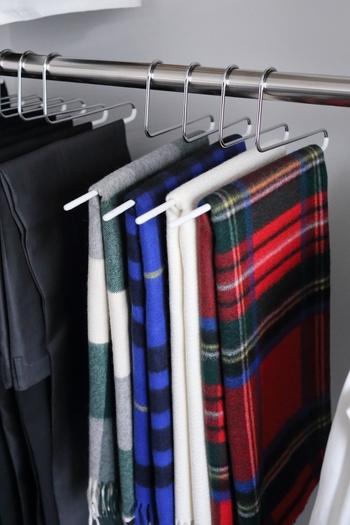 パンツやストールの収納には、シンプルなデザインの「パンツシングル」がおすすめです。使用頻度の高いボトムやストールも吊り下げ収納にしておくと、忙しい朝でもサッと取り出せて便利ですよね。ほかにも様々なタイプのハンガーが販売されているので、ぜひ洋服に合わせて選んでみてはいかがでしょう?