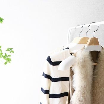 洋服を上手に減らすためにぜひ参考にしたいのが、こちらのブロガーさんが実践している「お出かけ用の服と普段着を同じにする」という方法です。洋服は普段着・お仕事服・お出かけ用など、シーンに合わせて使い分けている方も多いのではないでしょうか?