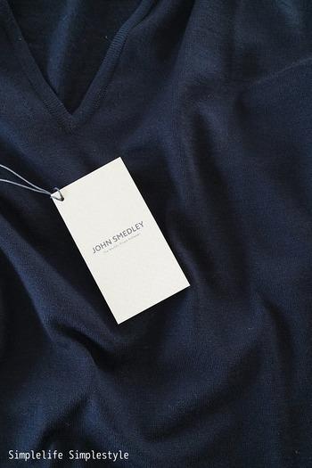一点一点の洋服は妥協せず「本当に欲しいものだけを買う」というのは、多くのミニマリストが実践していることの一つです。コストパフォーマンスの高いトレンドアイテムは魅力的ですが、ワンシーズンだけで終わってしまう場合が多いですよね?長く愛用できる洋服と出会うためには、妥協しない買い物を意識するのも大事なポイントです。心から欲しいと思えるアイテムだけに絞ると、自分が本当に着たい洋服を見つけやすくなります。