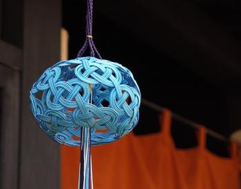 また、伝統工芸品としても世界に向けてその価値を発信しています。平面的であった水引結びから立体的な鶴などの水引細工を創作したのが始まりとされています。