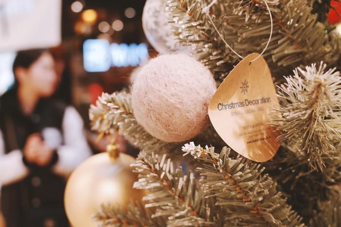 クリスマスツリーのオーナメントの1つに手作りのボールを加えるのも素敵ですね。準備の時間がとても楽しみになりそうです。