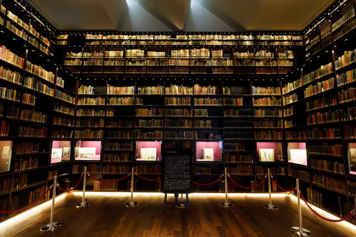 東洋文庫ミュージアムの最大の魅力は「モリソン書庫」。床から天井まで本がびっしりと並んだ様は、感動的な美しさ。1917年に岩崎久彌氏がG. E. モリソン博士から購入した東洋の書籍や絵画などが並んでおり、なかには国宝や重要文化財など貴重な作品もあります。本好きなら一度は見ておきたいですね!