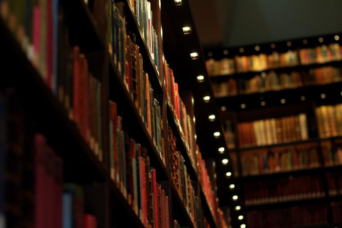 六義園からほど近くにある「東洋文庫ミュージアム」。1942年に三菱第三代当主岩崎久彌氏が設立した100万冊の蔵書を誇り、世界5大東洋学研究図書館の一つとして数えられる日本最大級の本の博物館です。アジアの東洋学を専門とする図書館でもあり、研究所としての役割も担っています。