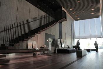 1階のオリエントホールでは、東洋文庫の歴史や蔵書について映像で解説してくれます。