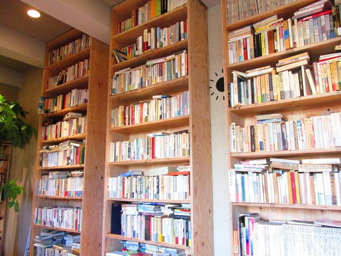 日本の近現代文学だけでなく、海外文学や料理の本まで幅広いジャンルの本が揃っています。
