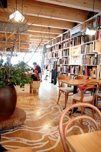 店内は、ザ・ペニンシュラ東京の内装を手がけたデザイナー・橋本夕紀夫さんによってデザインされ、木の温もりを感じられる空間になっています。