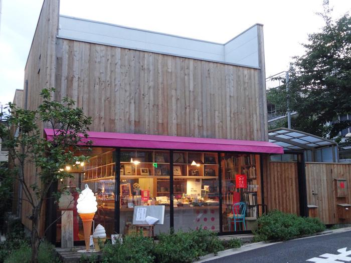 箱のような木づくりの外観と赤い屋根が目を引く「写真食堂めぐたま」は、写真評論家・飯沢耕太郎さん、料理人・おかどめぐみこさん、アーティスト・ときたまさんの3人がプロデュースしたお店です。それぞれジャンルの異なる3人が集まり、開いた食堂はいろんな楽しみが詰まっています。