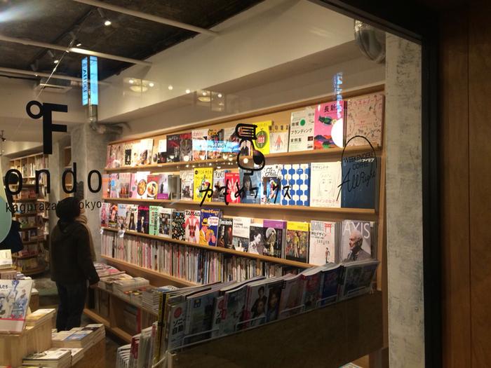 """インターネットの普及で街の書店が潰れていくなか、本屋でしか味わえない""""新しい本との出会い""""を提供しています。本好きだけでなく、本にあまり触れる機会がない方にも訪れてもらえるように、店内は本を楽しめるよう工夫がされています。"""