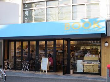 神楽坂にある水色の屋根が目印の本屋「かもめブックス」。