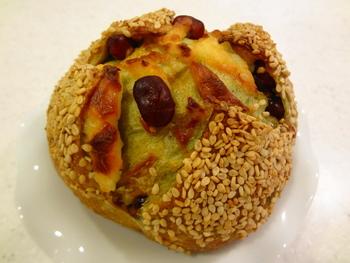 バゲットと同じくらい人気なのがハード系パン。こちらは「チーズ・抹茶・大納言」という意外な組み合わせ!おいしそうな創作パンがいっぱいです。