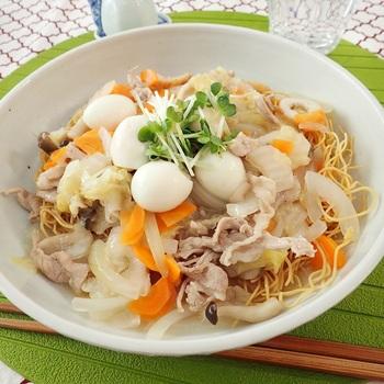 人気のあんかけ焼きそばだけど、二種類ある。そう、麺の種類だ。こちらは油で揚げたカリカリの麺を使った焼きそば。柔らかい麺とは好みが分かれるようですね。  あんかけの具材は好きなものをいれたらいいのだけれど、中華丼風(八宝菜風)がおすすめ。お菓子のような食感の麺にとろりとした餡が絶妙です。