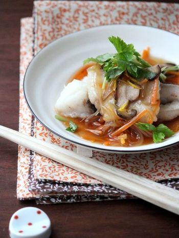 今度は鱈(たら)を使ってみましょう。味が淡泊な鱈には甘い餡がとてもあいます。片栗粉をつけてカリッと揚げ焼きし、お野菜をたくさん使った餡をかけて召し上がれ。仕上げに柚子の皮を散らしたらさらに美味しく。柚子は絞っても◎