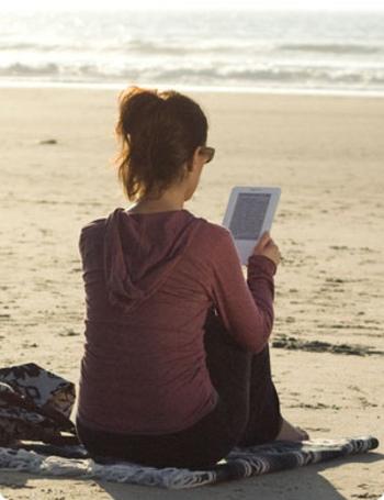 何冊もの本を旅先に持っていくのは一苦労ですが、スマホやタブレットならお好みの作品をダウンロードして読み放題。旅行先やちょっとしたお出かけ先でも手軽に読むことができます。 Wi-Fiにつなげる環境なら、簡単に難しい言葉をウェブで検索することもできます。おまけに無料ときたら、利用しない手はありませんね。