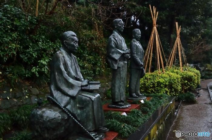 写真真ん中が、金沢を代表する三文豪のうちの一人・泉鏡花。あやかしが出てくる幻想的な小説は、泉鏡花独特の細やかなこだわりがつまっていて、完成度が非常に高い作品です。