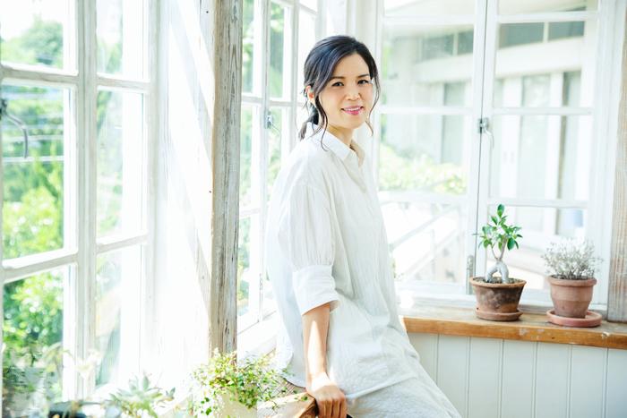 美容ライター・大塚真里さん 雑誌『オレンジページ』の編集者として勤務したのち、独立。多くの女性誌の美容ページなどで活躍中。キメ細かく透明感のあるお肌の持ち主。趣味は料理・編み物