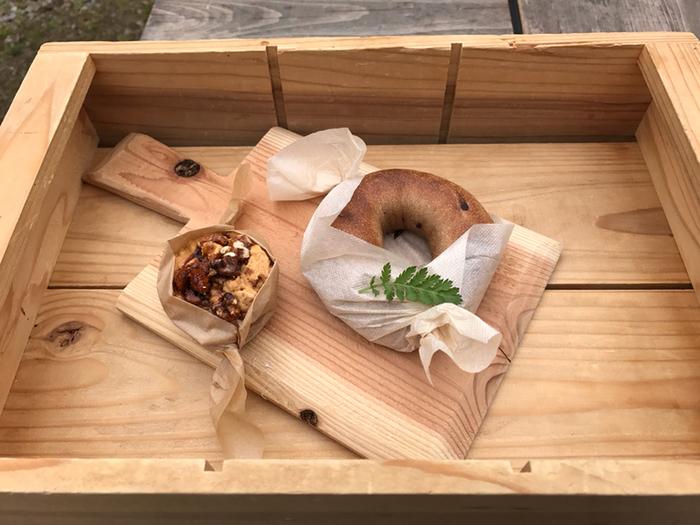 こんにゃくベーグルのアップルシナモンとザクザクトルテ。木と暮らすをテーマにしているだけあり、お盆代りに、木箱、お皿は木で作ったものです。