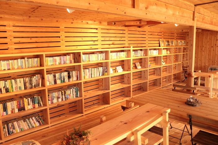 ゆったりと流れる時間が心地いい、図書コーナー。