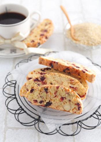 紅茶やコーヒーに合いそうなおしゃれなビスコッティのキヌアレシピ。薄力粉にキヌアを混ぜて作るので、取り入れやすいです。キヌアスイーツに初挑戦される方にもおすすめです。