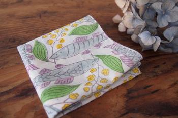鹿児島睦さんデザインのハンカチ。スズキとすずらんの柄です。スズキは、フィンランドではポピュラーな魚なんだそう。フィンランドの国花のすずらんとともに描かれています。