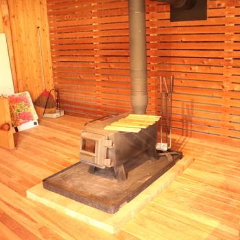 こんな薪ストーブの暖かさも体感できます。その見た目だけで、暖かくほっこりしますね。