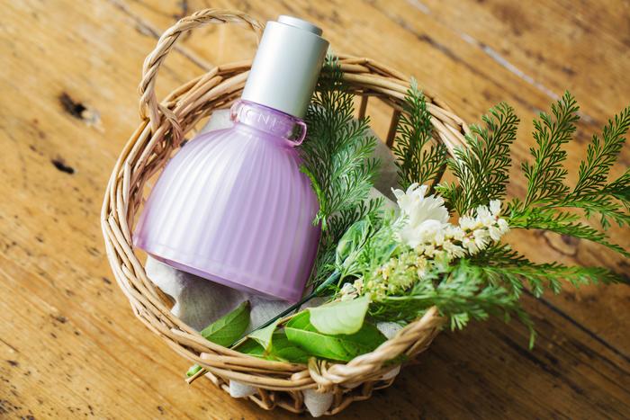 「エモリエント ネイチャー」のほかに、この季節におすすめしたいIGNISのアイテムは、このキュートなボトルの美容液!みずみずしい花の滴が肌に溶け込んでゆくような使い心地で、きめ細かくいきいきとしたなめらかな肌へ導いてくれます