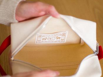 内側はビニールコーティングされているので、汚れに強いのがポイント。使わないときは畳めます。便利な持ち手つきで、立てても横にしても使えます。