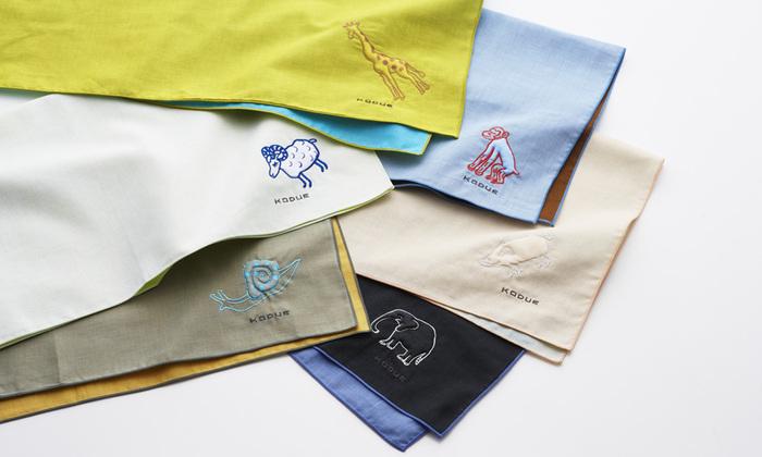 ひびのこづえさんデザインのハンカチは、動物の刺繍がアクセントになっています。中綿が入っていて、ぷっくりと立体的になった刺繍は、特別感のある一枚に。贈る相手をイメージした動物を選んでみてもいいですね。