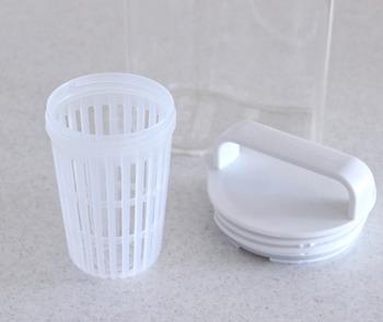 ねじ式で取り外しも簡単!口が大きいので中が洗いやすく、パッキンも取り外して洗えるので衛生的です。