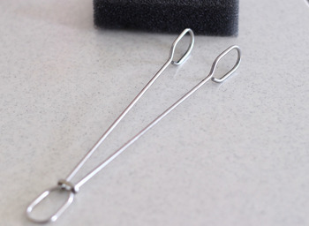 こちらは、バーの留め具をずらすとこのように開くので、スポンジ部分を簡単に取り替えることができます。