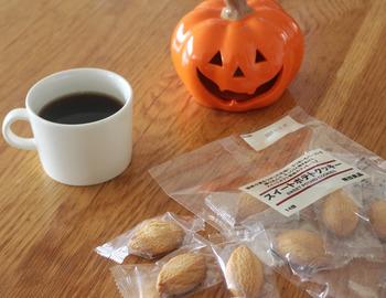 「スイートポテトクッキー」は、国産小麦をつかった生地に、さつまいもペーストを練り込んで、さっくりと焼きあげたスイートポテト風味のクッキーです。